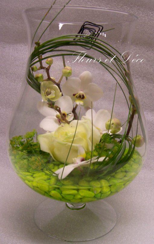 Verrerie d'orchidée et rose blanche