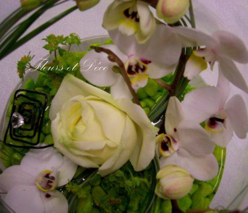 Verrerie d'orchidée et rose blanches