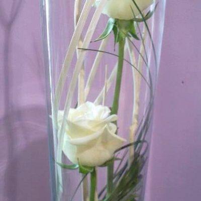 Roses immergées dans vase en verre